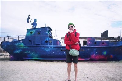 Степан Шоболов расписал заброшенный корабль на Ольхоне